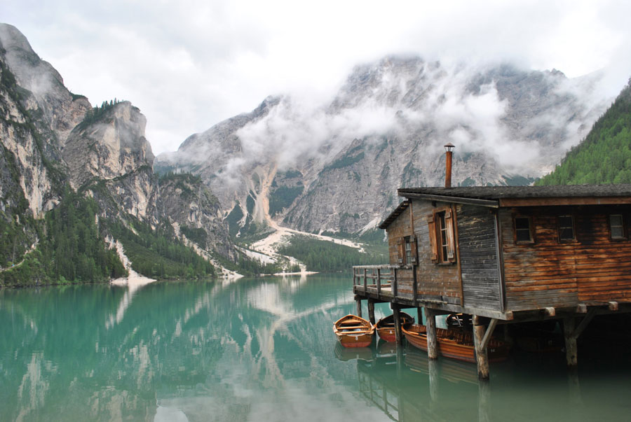Stilts-house-on-Braies-Lake-in-Südtirol,-Italy